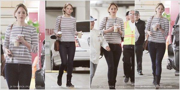 .23/03: Jen était au supermarché Whole Food où elle s'est pris à boire, puis sur le chemin du retour.   Pour moi sa tenue est super. Simple, jolie, facile à porter, la tenue de tous les jours type. Gros coup de coeur pour la besace.  .
