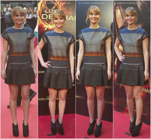 .26/03: Jennifer Lawrence était présente à la première de Hunger Games à Madrid. Top ou Flop?  J portait une jolie robe Victoria Beckman. La belle a signé des autographes aux fans présents et a présenté des extraits du films. .