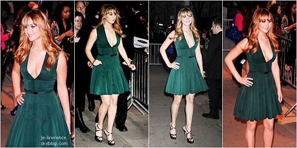 20 MARS Jennifer et le cast de Hunger Games étaient à New York, pour une projection en avant première du film!    J'ai un gros coup de coeur pour cette première à cause de la robe de Jen, que j'adore, qui l'a met parfaitement bien en valeur. Sur toutes les photos, Jennifer a l'air radieuse, elle est souriante, elle donne l'impression d'être pire qu'heureuse! Parfaite!