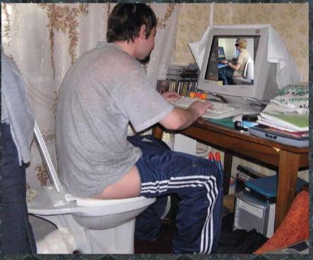 Il se met tout nu devant sa webcam et elle le fait chanter
