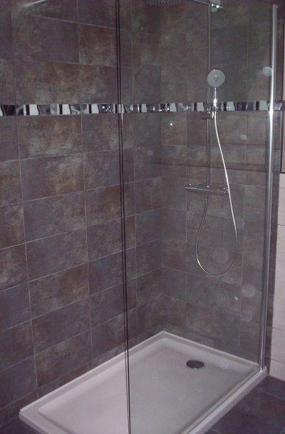Espace douche zen avec wc suspendu et plan de toilette opaline ent galzin h - Pose d un receveur de douche extra plat ...