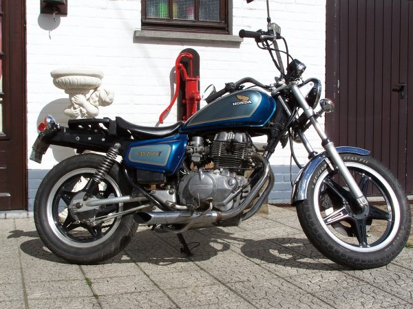 A vendre: moto HONDA CM 400T (1981-bon état)