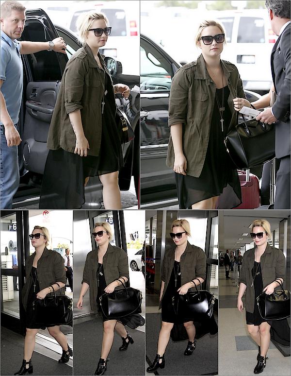 ==================== 10 Juin - La belle Demi a été photographiée à son arrivée à Alx Airport pour prendre son vol. Un TOP. Ton avis?====================
