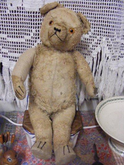 Huit jours plus tard après une grande restaurations,mon ours en pleine forme hauteur 35 cm il s'appelle Rotchild tout heureux de vivre dans ma collections d'ours.