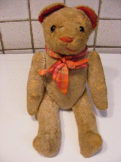 le petit ours s'appelle Théodor  hauteur 25 cm les yeux en boutons de bottines