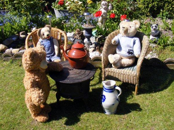 Petit feu ancien trouvé hier à la brocante,mes ours sont ravie de faire la pose un si beau temps pour 1 mai ++++