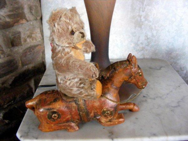 Mon petit ours de chez Steiff sur sont cheval de bois couché vous souhaite un beau weekend à vous tous++++