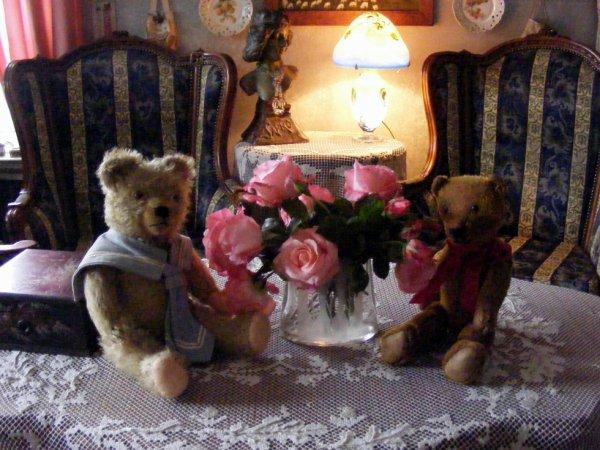 Mes ours vous souhaites une bonne soirée à vous tous et offres ces quelques roses du jardin++++