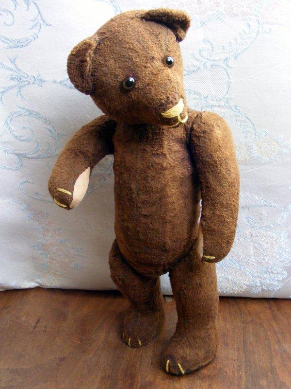 Voici mon ours Mon aie il est arrivé hier et je viens de terminer sa toilette. C'est un ours Russe d'après mes recherche.hauteur 45 cm  il  est né vers 1950  il est beau non?
