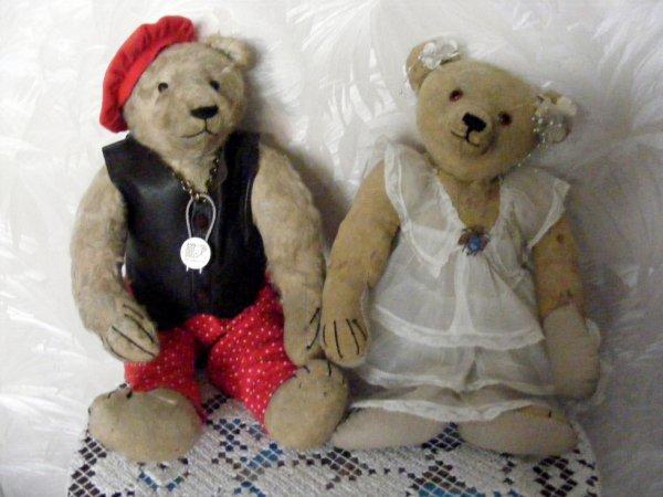 Albertine en compagnie de Rudolf,Albertine est un ours Steiff son bouton très âgée long nez grand pieds belle bosse dans le dos et couture final sur le devant 5 griffes au pattes et possède beaucoup de cicatrise de temps passée