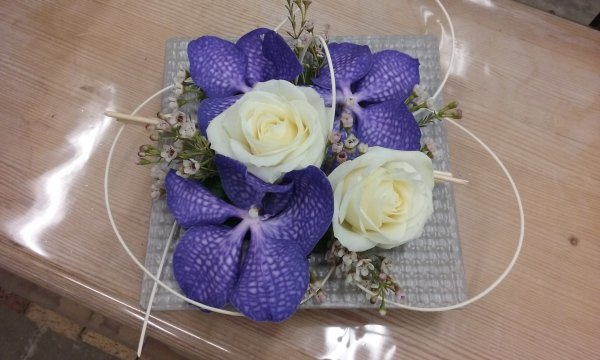 Nouvelles créations à base de roses blanches et orchidées vandas.