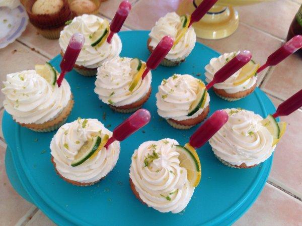 Cupcake citron-citron vert et sa pipette a la framboise