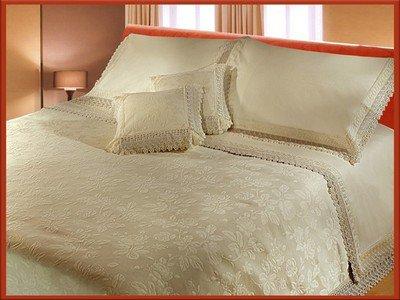 couvre de lit de luxe couvre lit de luxe le prix est 15000 DA   chez la reine couvre de lit de luxe