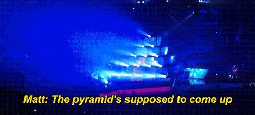 Dom reste prit dans la pyramide pendant Uprising en Columbus, Ohio.