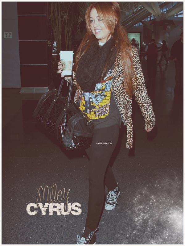 Candids  *    Miley est de retour à Los Angeles! En effet la belle a été aperçu sortant de l'aéroport de Lax à L.A le 6 Mars. Mil' semblait être vraiment fatigué car c'est un Flop qu'elle nous a fait là. Elle s'est juste contenté de porter un leggings, des converses, un tee shirt au dessu du quel elle à ajouté une veste léopard qui rend sa tenue complétement moche. Vos avis?    *
