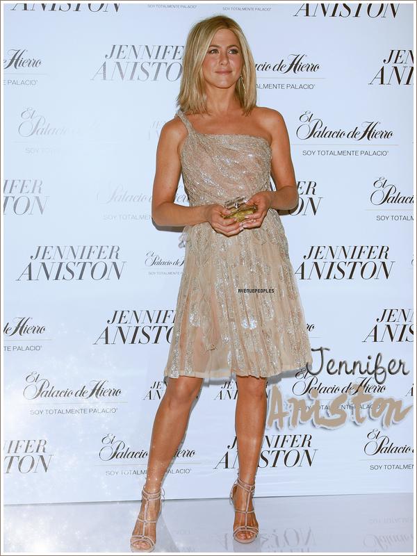 Appearances  *    C'est une Jennifer Aniston toute souriante qui à été aperçu à une séance photo pour le lancement de son tout premier parfum à l'Hôtel St. Regis à Mexico City, au Mexique le 10 Mars. Je l'a trouve vraiment sublime et sa robe est parfaite sur elle; c'est un vrai TOP   *