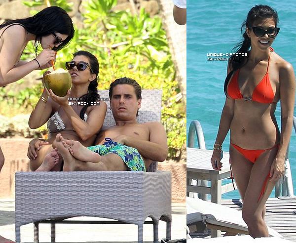 Pleins de nouvelles photos de Kourtney lors des vacances en famille à Bora Bora en Avril.