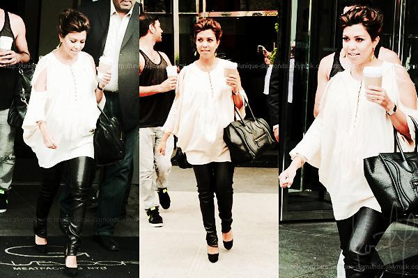 24 April - Kourtney quittant son hôtel à NYC. Une tenue toute simple, j'adore.
