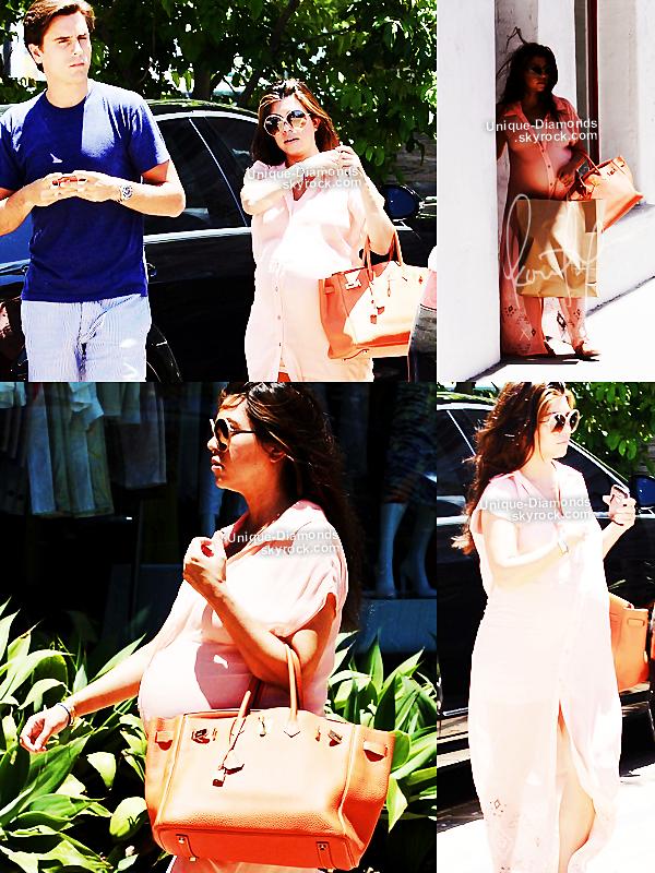 27 Juin - Kourtney et Scott se sont rendus au Malibu Country Mart. Côté tenue, c'est un TOP encore une fois, une robe pêche qu'elle a porté sur une mini robe blanche, des sandales, son fameux Birkin orange et des lunettes Tom Ford.