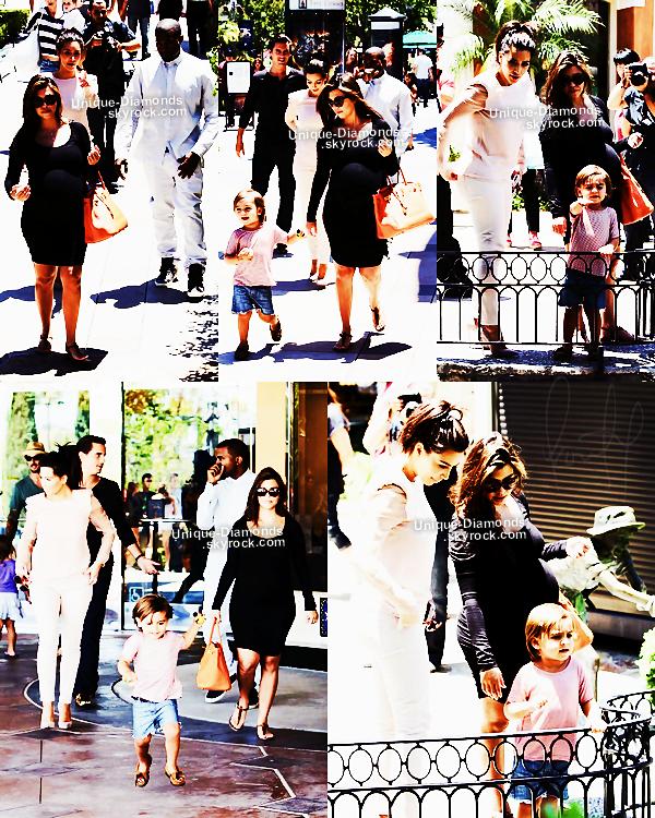 2 Juillet - Kourtney et Scott ont déjeuné au Nate n' Al's Deli à Beverly Hills. Comme d'habitude elle arbore une magnifique maxi dress, elle a échangé son Birkin contre son sac Céline.