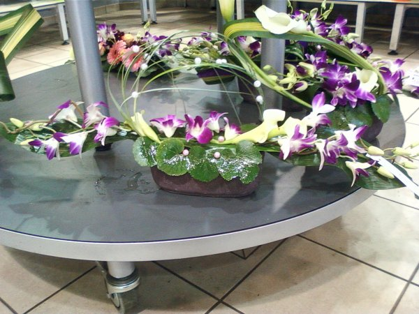 Centre de table allongé blanc et violet
