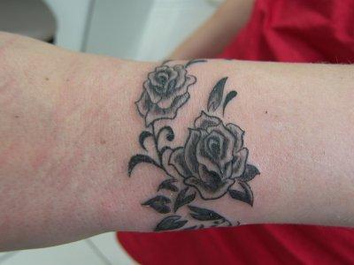 Tatoo enigmatyc - Tatouage rose poignet ...