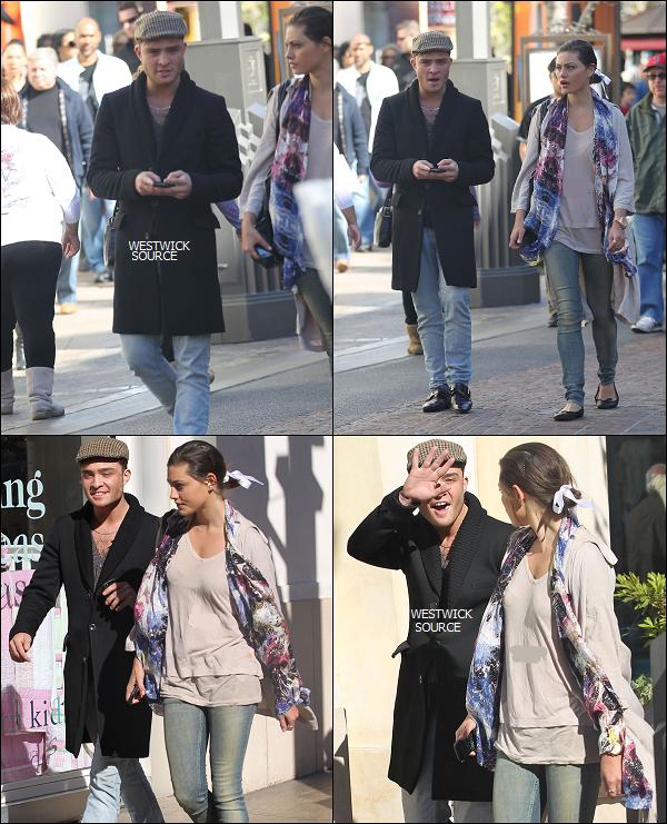 CANDIDS Le 20 février, Ed se rendant au Grove dans L.A. avec l'actrice australienne Phoebe Tonkin.