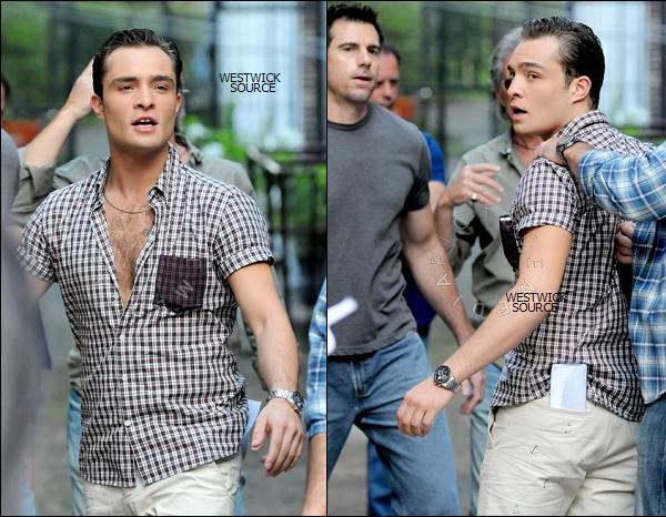 ON SET Ed tournant une scène de GG en compagnie de Penn Badgley, le 14 Juillet à Brooklyn, New York.