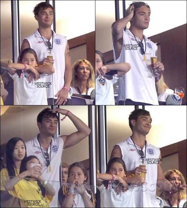 CANDIDS Le 27 Juillet, Ed a assisté a un match de football au stade Red Bull Arena dans le New Jersey.  Le 31 Juillet, Ed a était vu arrivant à l'aéroport de LAX pour pouvoir débuter le tournage de Gossip Girl.