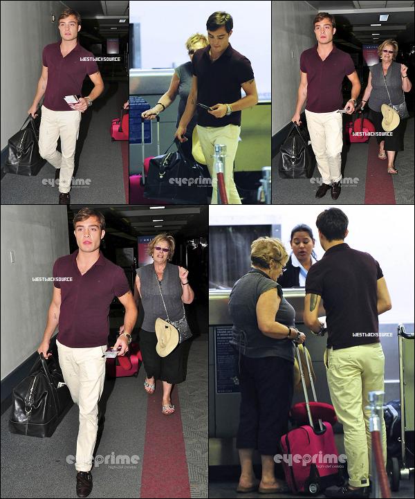 CANDIDS Le 4 Août, notre cher Ed a était aperçu quittant l'aéroport de LAX en compagnie de sa maman.