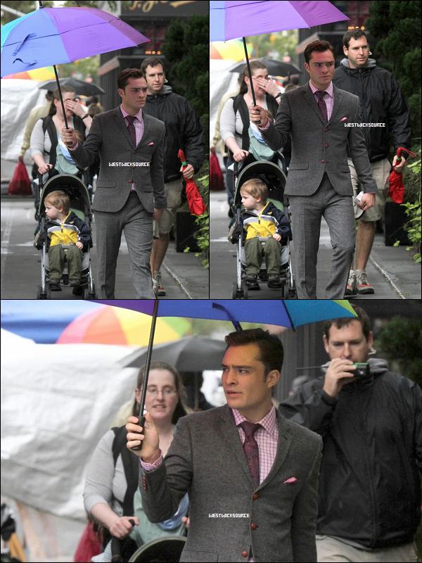 """ON SET Ed sur le set de GG le 12 Octobre, se protégeant de la pluie avant son joli parapluie multicolore. APPARITION Le même jour, Ed au """"T-Mobile Launch Of Fastest 4G Smartphones Samsung Galaxy S II""""."""