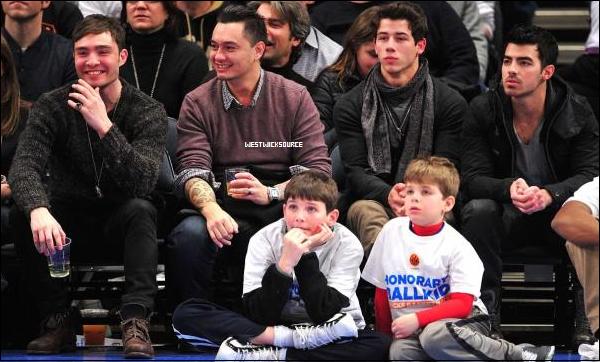 CANDIDS Le 21 Janvier, Ed a vu un match de basket au Madison Square Garden, aux cotés des Jonas.