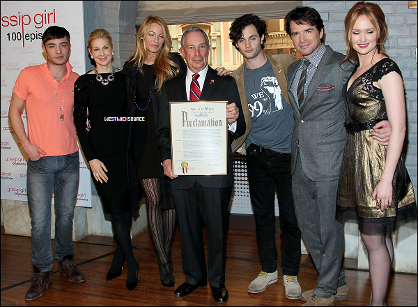 """APPARITION Le 26 Janvier, Ed était présent à une conférence de presse à l'occasion du """"Gossip Girl Day"""" qu'avait organisé le maire de New-York pour célébrer le 100ème épisode de Gossip Girl."""
