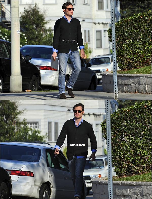 CANDIDS Ed, bloc-notes en main, a été photographié dans les rues de Los Angeles le 1er Novembre.