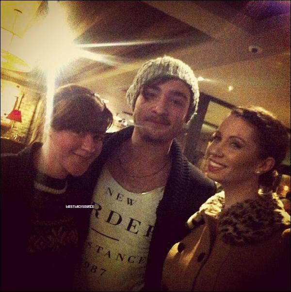 CANDIDS Ed avec des fans, autour du 4 janvier 2013, à Stevenage, Angleterre (sa ville natale!).