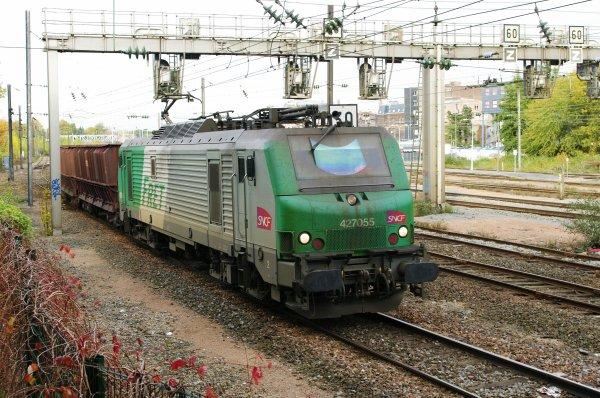 La BB27055 quitte la gare de Valenciennes avec son convoi de minéraliers