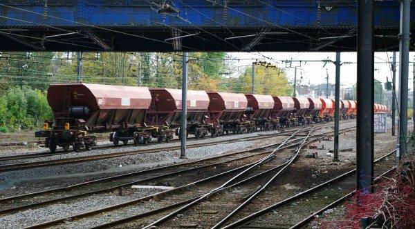 UM de G1206 de chez Colas Rail emmenant des tremis de ballast