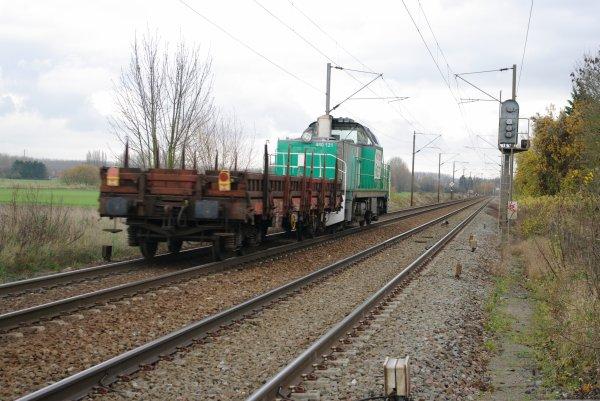 La BB60121 qui emmene un wagon plat au triage de Valenciennes