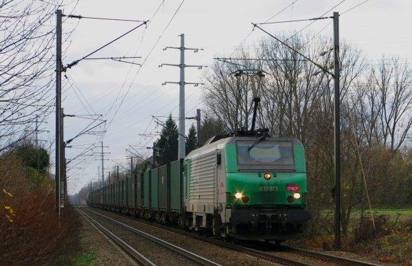La BB-27071 qui emmène la un lourd convoi en direction de Valenciennes