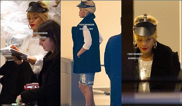 . 27.02.12 : Rihanna a été aperçut dans le magasin River Island à Londres pour du shopping. Belle !.
