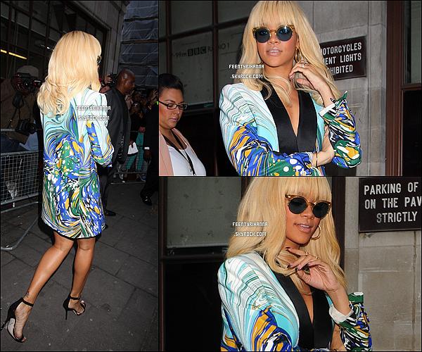 . 29/03/12 : Rihanna quittant son hôtel pour se rendre à la BCC Radio puis quittant les studios. Tu aimes ?.