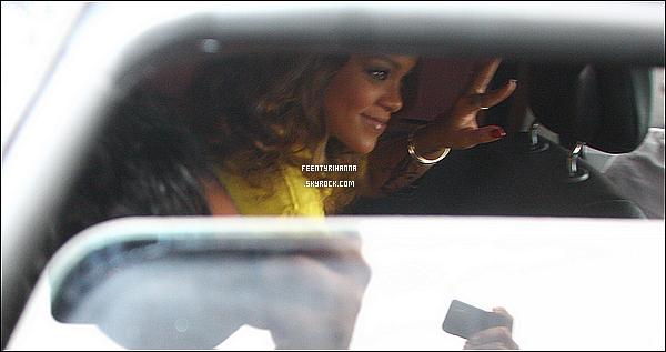 . 22/09/11 : Rihanna quitte son hôtel pour visiter le Cristo Redentor à Rio de Janeiro puis sur un balcon..