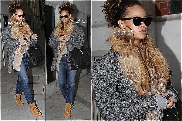 . 13/10/11 : Rihanna quitte son hôtel pour se rendre dans l'arène de son concert à Londres (Angleterre). .