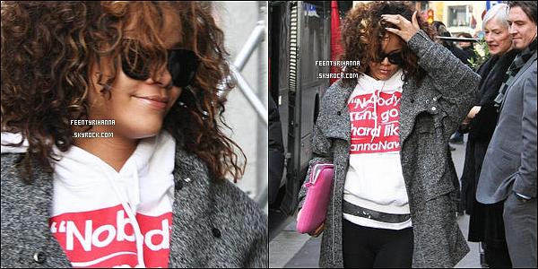 . 29/10/11 : Rihanna est arrivée à Oslo en Norvège dans la matinée avec un pull RihannaNavy. Ton avis ?.
