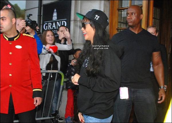 . 28/06/12 : Rihanna quittant son hôtel pour se rendre dans une salle de gymnastique à Londres. + Rihanna est arrivée dans la nuit dans la ville d'Oslo en Norvège. Beaucoup de fans l'attendait et Rihanna était ravie de les voir ! .