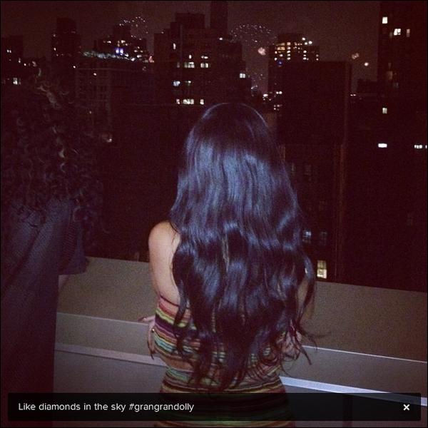 . 03/07/12 : R est enfin sortie de son hôtel après l'annonce de la mort de sa Grand-mère à Londres. + Rihanna Fenty serait en route pour la Barbade mais a fait un détour à New York, comme on peut voir sur la photo qu'elle a postée. .
