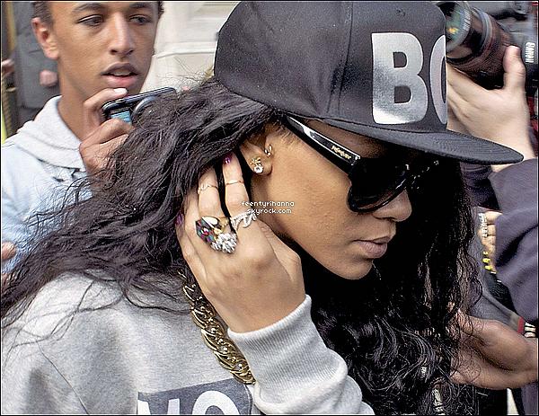 . 08/07/12 : Rihanna aperçut quittant son hôtel pour se rendre au festival Wireless à Londres. Rihanna Fenty a performée hier soir au Barclaycard Wireless Festival pour un show explosif devant plus de 65.000 personnes ! .