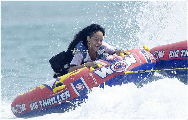 . 11/07/12 : Robyn Rihanna à été s'amuser à la plage avec des amis à la Barbade, son île natale. + Le lendemain, Rihanna a continuée son séjour à la Barbade en faisant des jeux dans l'eau avec son entourage. Comment l'a trouve-tu ?  .
