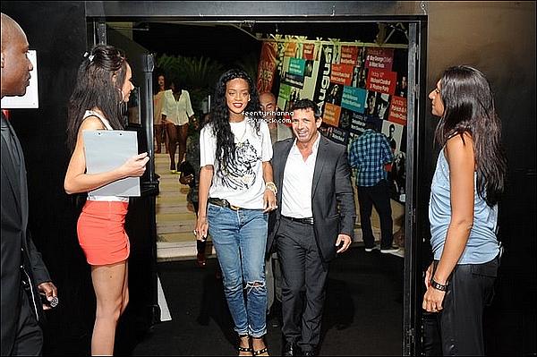 . 24/07/12 : Rihanna est allée faire du paravoile en profitant du beau temps à Cannes, France. + 25/07 : Rihanna Fenty est à Monaco et est allée au club Jimmy's, l'un des plus populaires de la ville. Une seule photo est disponible.  .
