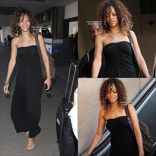 . 22/01/12 : R' est de retour en Californie, elle est arrivée à l'aéroport de LAX à Los Angeles aujourd'hui. .